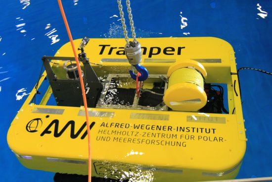 Projekt ROBEX, Helmholtz-Allianz. Mitglieder der Helmholtz-Allianz ROBEX testen das Unterwasserfahrzeug AWI-Tramper im Becken des DFKI Bremen. In ROBEX arbeiten Tiefsee- und Weltraumforscher zusammen, um Technologien weiterzuentwickeln. So wollen Wissenschaftler des Alfred-Wegener-Instituts zukünftig die Tiefsee in der Framstraße zwischen Spitzbergen und Grönland mit autonomen Unterwasserfahrzeugen wie dem Tramper erforschen.