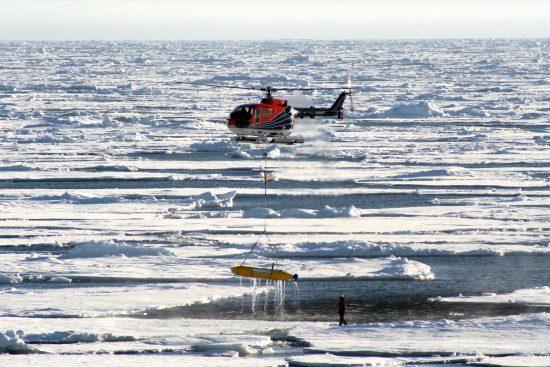 de: Bergung des autonomen Unterwasserfahrzeuges (AUV) mit dem Helikopter aus dem Treibeis nach dem weltweit ersten Untereis-Tauchgang während der Polarstern-Expedition ARK-XXV/2.en: Recovery of the Autonome Underwatervehicle (AUV) with the helicopter after the first under-ice mission during the Polarstern-Expedition ARK-XXV/2.