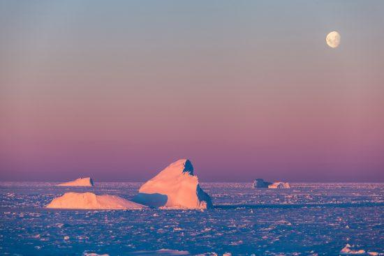 Treibender Eisberg, umgeben von Meereis, im WeddellmeerPolarsternexpedition ANT-XXIX/6; 8. Juni - 12. August 2013; Kapstadt-Punta ArenasZiel der Expedition: Ein interdisziplinäres Forschungsprogramm in Atmosphäre, Meereis, Ozean und Ökosystem im antarktischen Winter, um die physikalischen und biogeochemischen Eigenschaften und Prozesse während der Wachstumsphase des Meereises besser zu verstehen. Fahrt war die erste antarktische Winterexpedition seit dem Jahr 2006. (Kurs wie im Winterexperiment 1992) EnglishDrifting iceberg in the Weddell Sea, surrounded by sea ice. Polarsternexpedition ANT-XXIX/6; 8. June - 12. August 2013; Cape Town -Punta Arenas (Chile); The aim of the cruise is to carry out an interdisciplinary research programm on atmosphere, sea ice, ocean, and ecosystem during winter to obtain an understanding of physical and biogeochemical properties and processes during the sea ice growth season. It was the first Antarctic winter expedition since the year 2006.