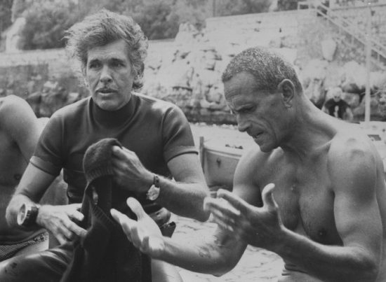 """SORRENTO 24 SETTEMBRE 1977 IL CAMPIONE SUBACQUEO ENZO MAIORCA ED IL SUO ETERNO RIVALE IL FRANCESE JACQUES MAYOL SI SONO INCONTRATI NELLE ACQUE DI SORRENTO IN OCCASIONE DELL'ANTEPRIMA DEL FILM ABISSI DI PETER YATES IN UNA SINGOLARE GARA DI """"CACCIA AL TESORO """" SUBACQUEA. NELLA FOTO MAYOL (SIN) CON MAJORCA POCO PRIMA DELL'IMMERSIONE . ANSA FOTO ROMA"""