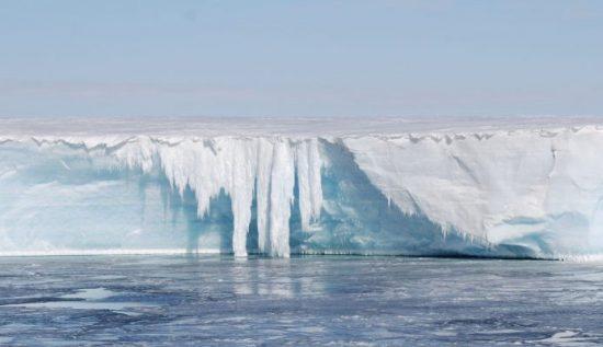 Schmelzwasserfall, zum Teil in der Bewegung eingefroren, an der Schelfeiskante, LARSEN Schmelzwasserfall, zum Teil in der Bewegung eingefroren, an der Schelfeiskante, LARSEN